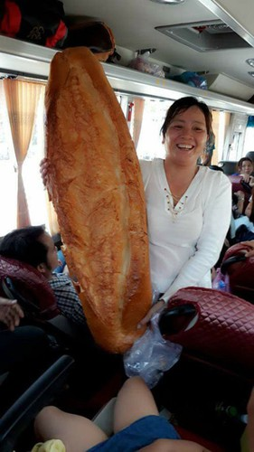 giant crocodile-shaped bread excites local diners hinh 7