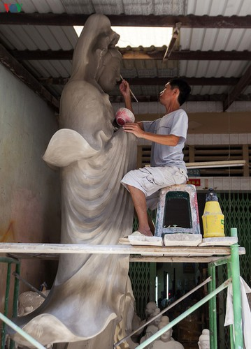 century-old craft village specialises in buddha statues in hcm city hinh 3