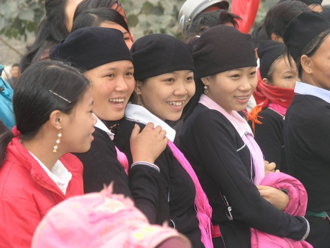 colourful headdresses of ethnic girls in mountainous region hinh 1