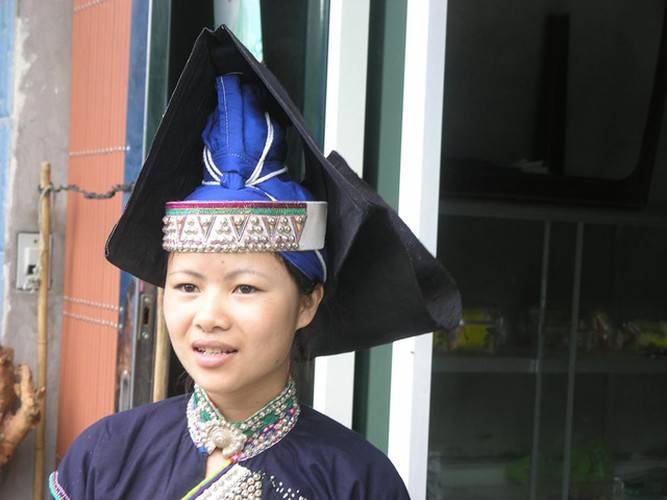 colourful headdresses of ethnic girls in mountainous region hinh 3