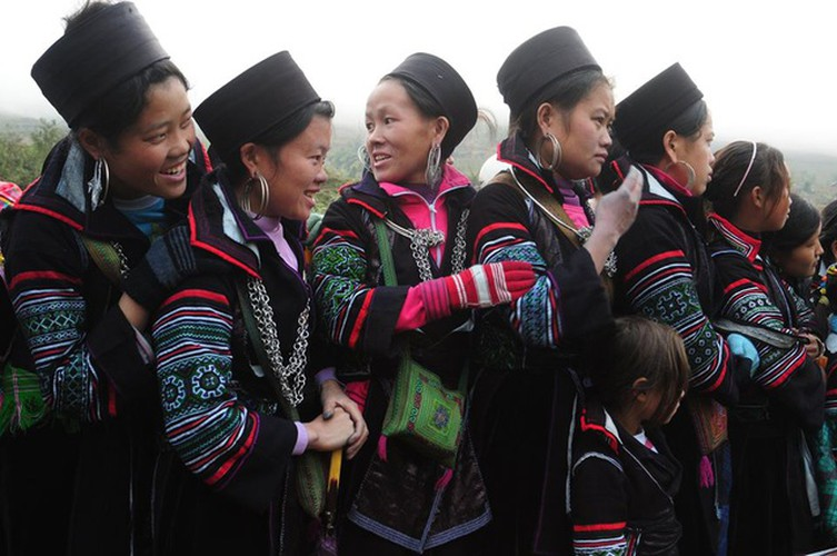 colourful headdresses of ethnic girls in mountainous region hinh 8