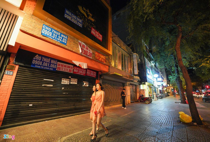 backpacker streets fall quiet amid post-covid-19 recovery period hinh 1