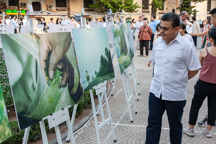photo exhibition opens door to colombia hinh 4