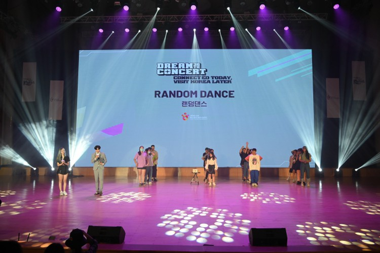 vietnamese youth thrilled by virtual k-pop show dream concert connect hinh 1