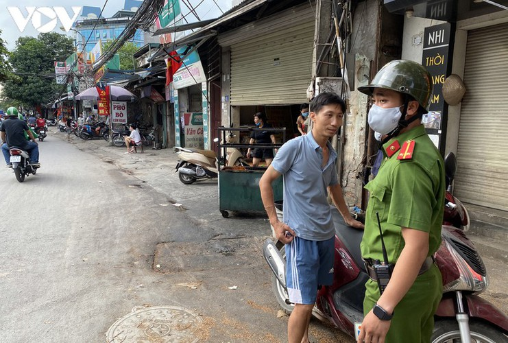 hanoi fines locals failing to wear face masks in public areas hinh 2