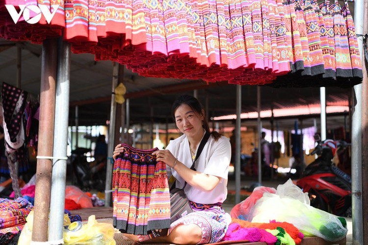 a view into the unique pa co brocade market of son la province hinh 18