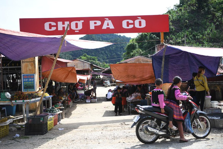 a view into the unique pa co brocade market of son la province hinh 1