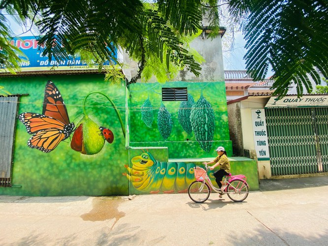 a close-up of largest mural paintings in hanoi hinh 1