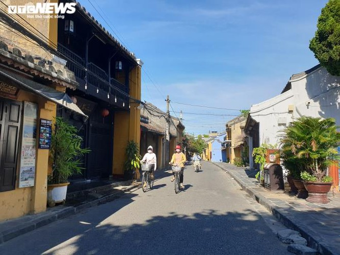 a view of hoi an on first day after lifting of social distancing order hinh 1