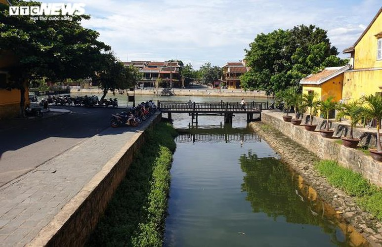 a view of hoi an on first day after lifting of social distancing order hinh 2