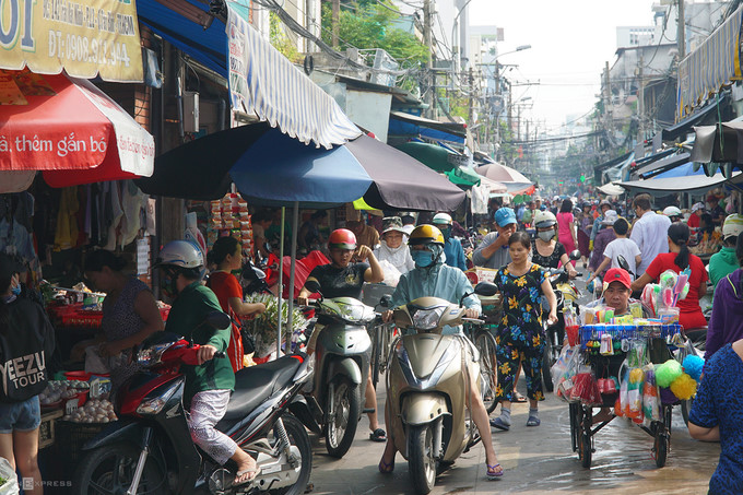 ba hoa market in hcm city enjoys brisk trade for doan ngo festival hinh 1