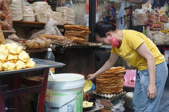 ba hoa market in hcm city enjoys brisk trade for doan ngo festival hinh 6