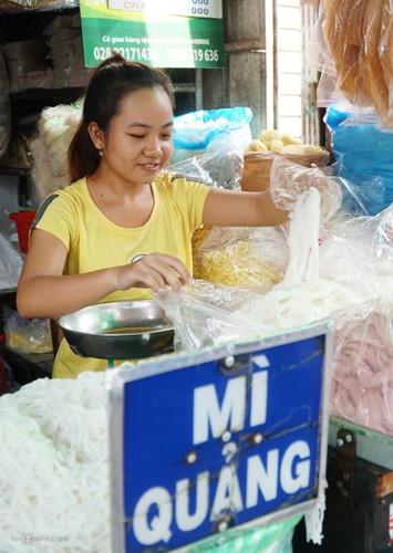 ba hoa market in hcm city enjoys brisk trade for doan ngo festival hinh 8
