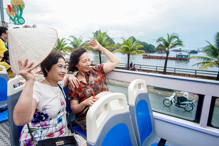 foreigners enjoy scenic views onboard double decker buses in ha long hinh 11