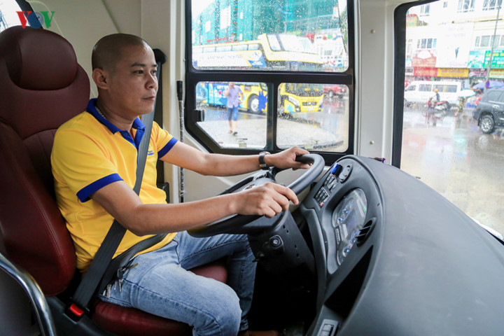 foreigners enjoy scenic views onboard double decker buses in ha long hinh 13