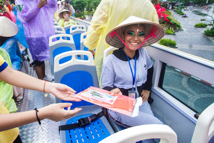 foreigners enjoy scenic views onboard double decker buses in ha long hinh 1