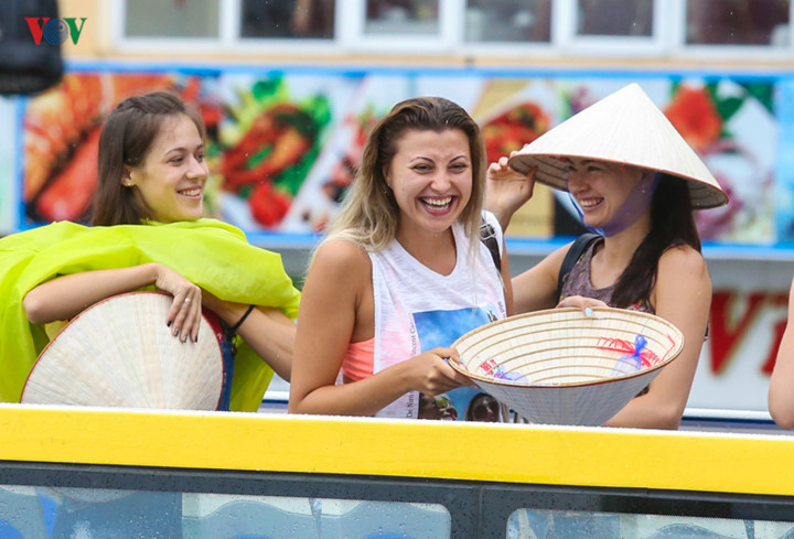 foreigners enjoy scenic views onboard double decker buses in ha long hinh 2
