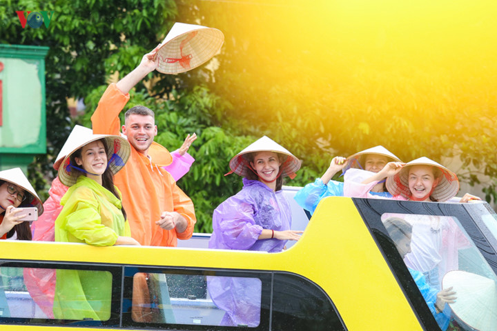 foreigners enjoy scenic views onboard double decker buses in ha long hinh 3