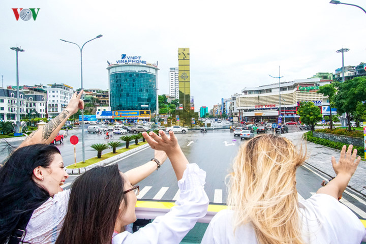 foreigners enjoy scenic views onboard double decker buses in ha long hinh 9