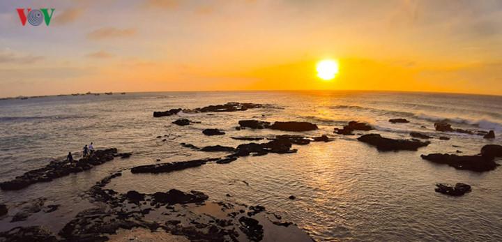 exploring stunning sunrise of phu quy island hinh 3