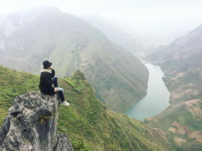 exploring southeast asia's deepest canyon located in ha giang hinh 4
