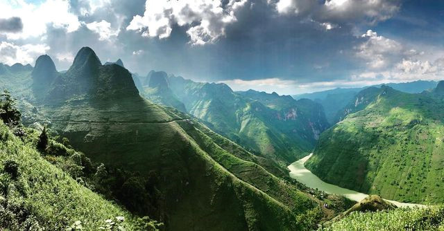 exploring southeast asia's deepest canyon located in ha giang hinh 7