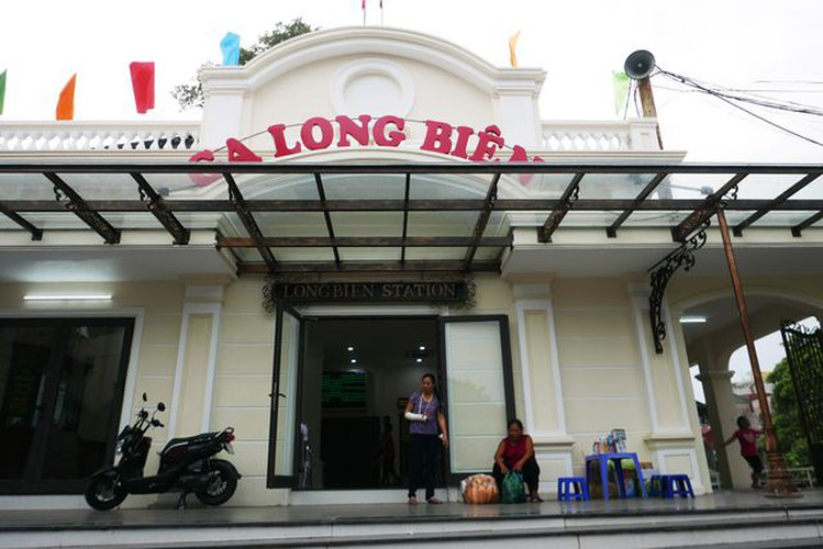 long bien station grows into hip check-in point for young travelers in hanoi hinh 3