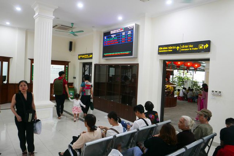 long bien station grows into hip check-in point for young travelers in hanoi hinh 4