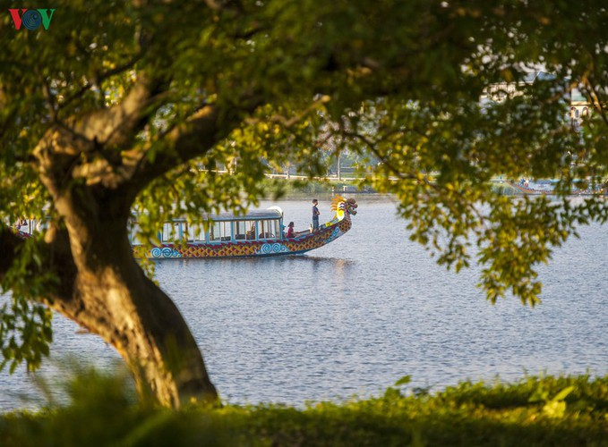 hue imperial city appears at its scenic best in autumn hinh 5