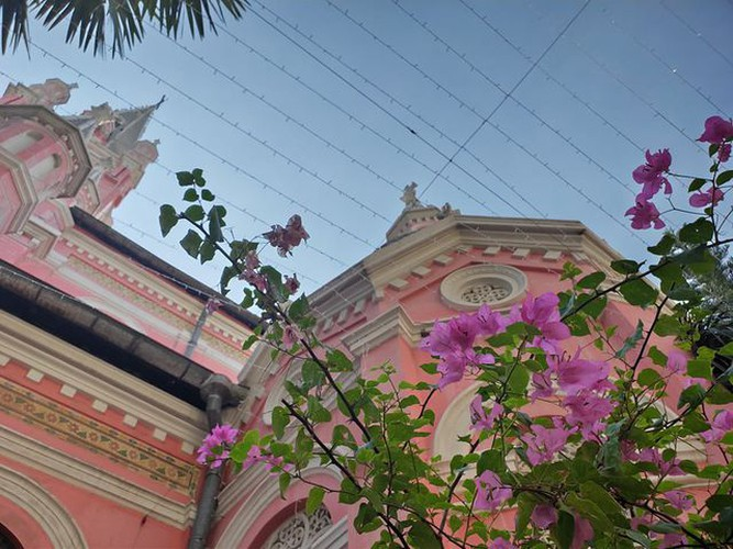 foreign tourists flock to view tan dinh church in hcm city hinh 10