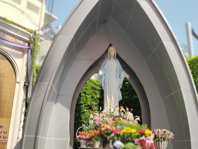 foreign tourists flock to view tan dinh church in hcm city hinh 11