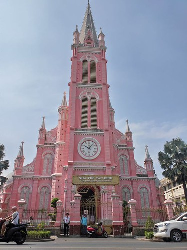 foreign tourists flock to view tan dinh church in hcm city hinh 1