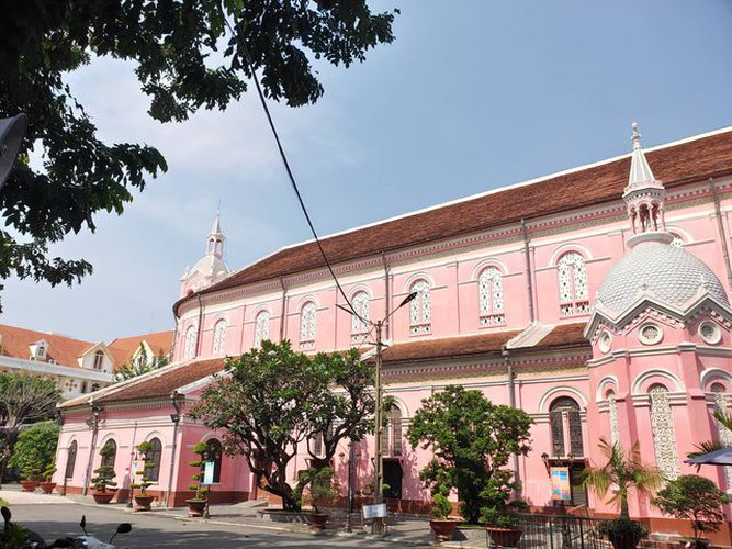 foreign tourists flock to view tan dinh church in hcm city hinh 2