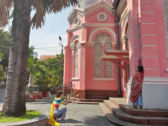 foreign tourists flock to view tan dinh church in hcm city hinh 4