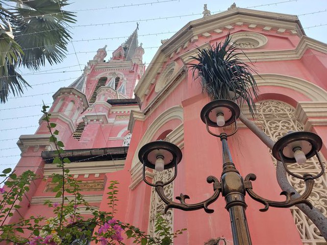 foreign tourists flock to view tan dinh church in hcm city hinh 5