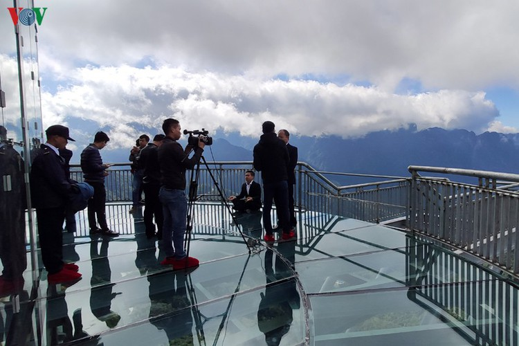 visitors flock to rong may glass bridge in lai chau hinh 11