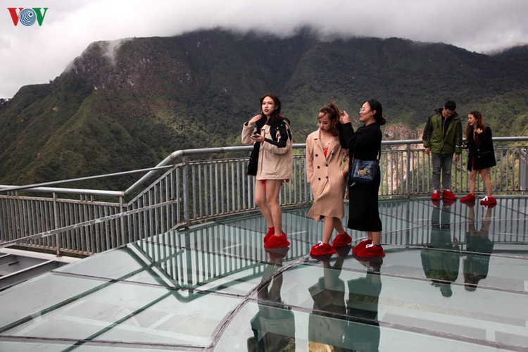 visitors flock to rong may glass bridge in lai chau hinh 13