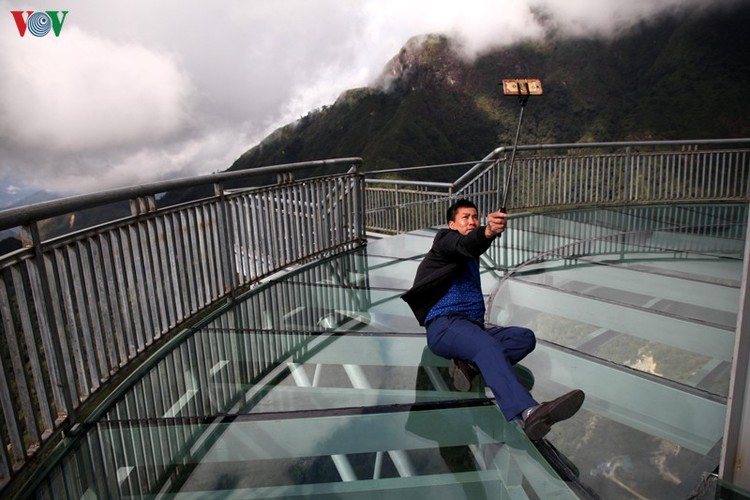 visitors flock to rong may glass bridge in lai chau hinh 14