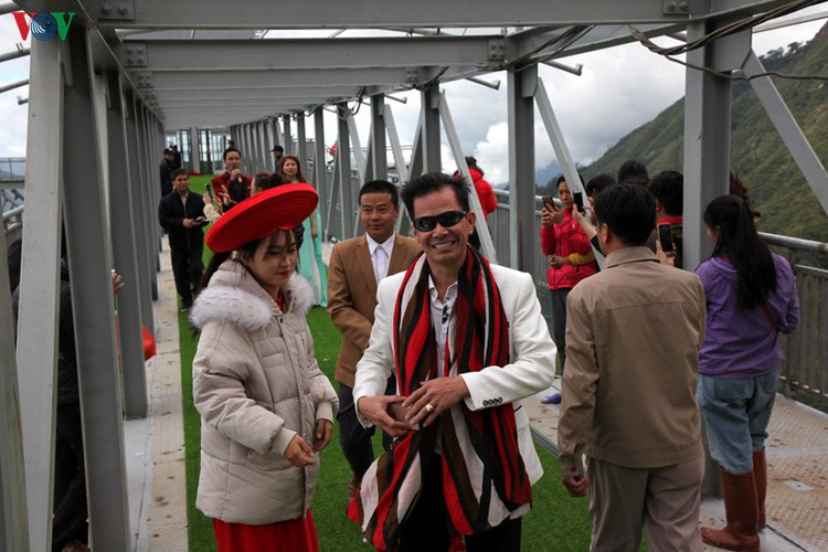 visitors flock to rong may glass bridge in lai chau hinh 15