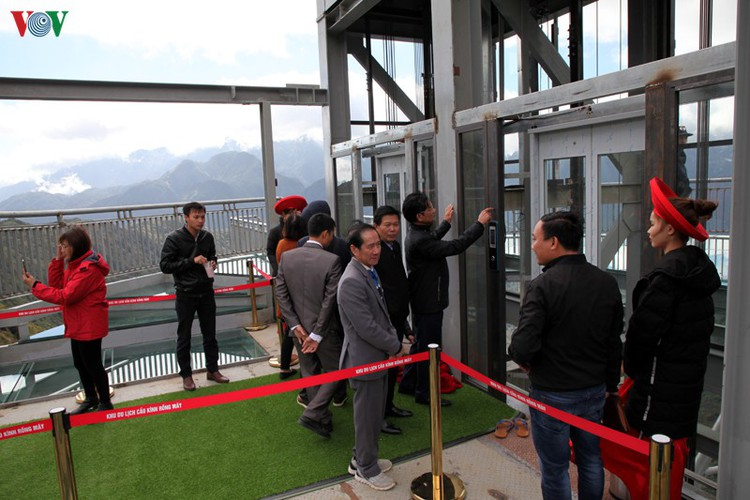 visitors flock to rong may glass bridge in lai chau hinh 16