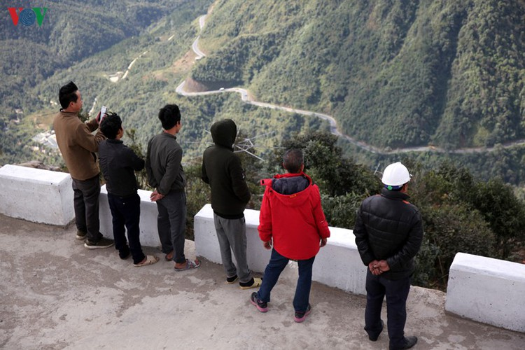 visitors flock to rong may glass bridge in lai chau hinh 17