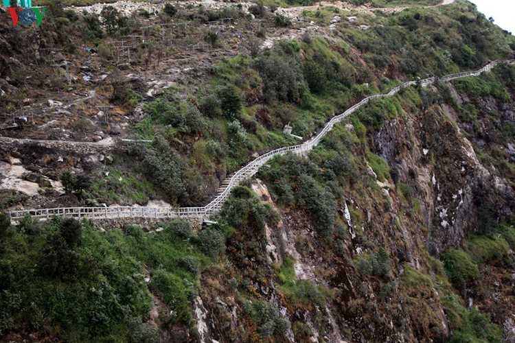 visitors flock to rong may glass bridge in lai chau hinh 18