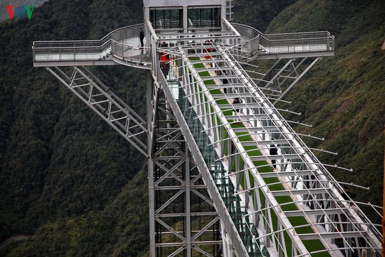 visitors flock to rong may glass bridge in lai chau hinh 2