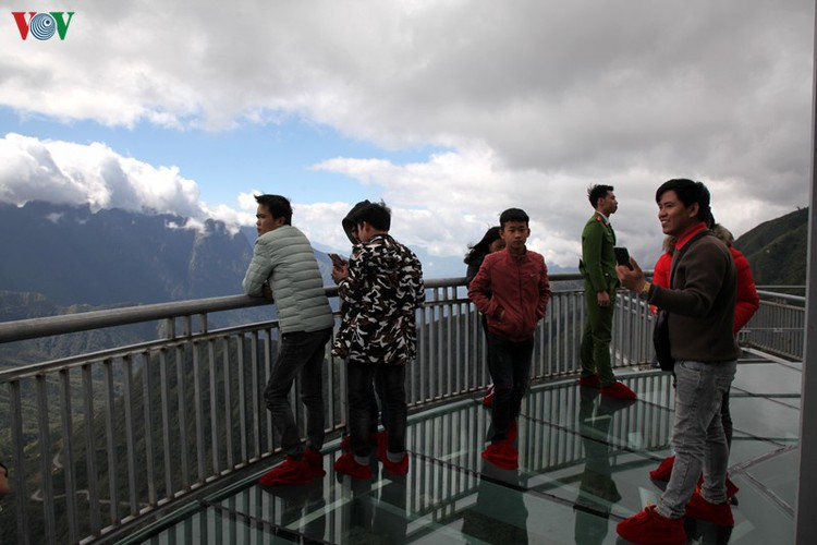 visitors flock to rong may glass bridge in lai chau hinh 9