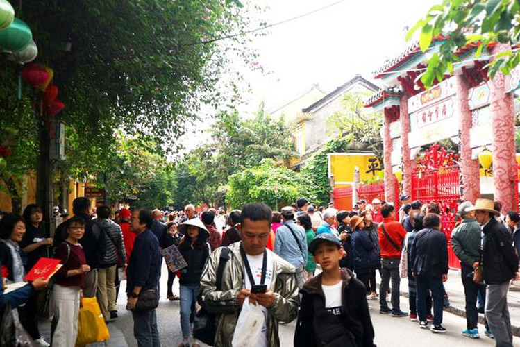 tourists flock to hoi an in celebration of 20th world heritage anniversary hinh 1