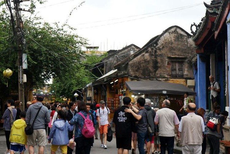 tourists flock to hoi an in celebration of 20th world heritage anniversary hinh 2