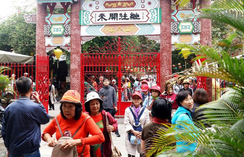 tourists flock to hoi an in celebration of 20th world heritage anniversary hinh 4