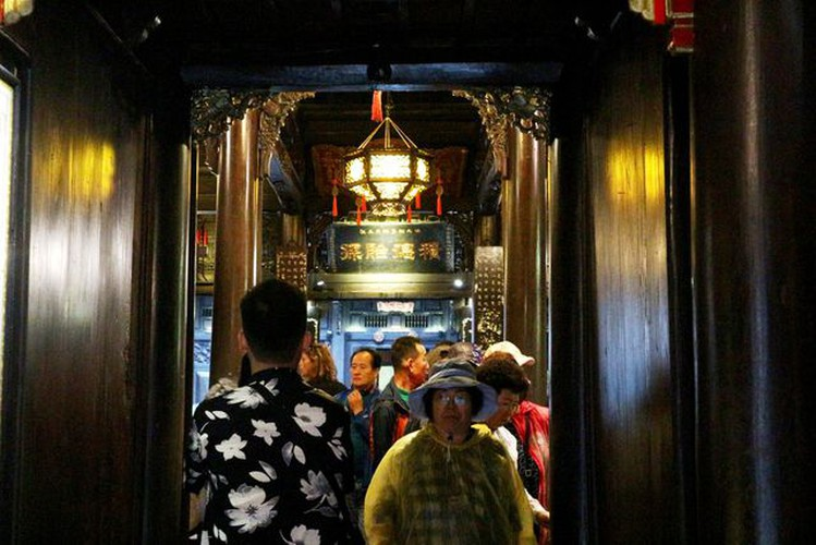 tourists flock to hoi an in celebration of 20th world heritage anniversary hinh 6