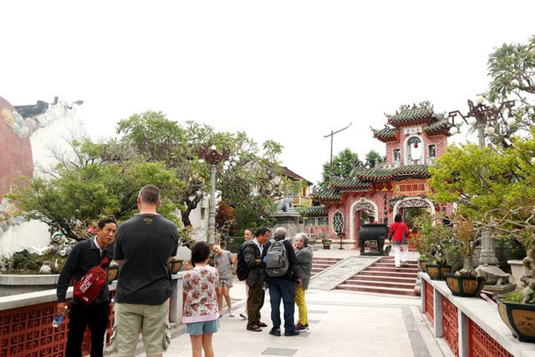tourists flock to hoi an in celebration of 20th world heritage anniversary hinh 7