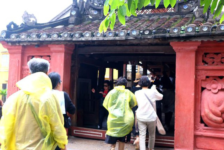 tourists flock to hoi an in celebration of 20th world heritage anniversary hinh 8